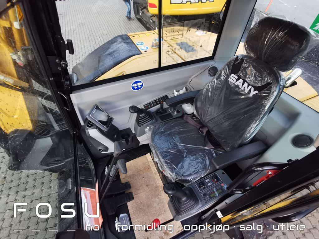 SY80U førerplass med plass til både små og store gravemaskinførere